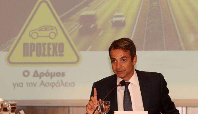 Ο Πρόεδρος της Νέας Δημοκρατίας κ. Κυριάκος Μητσοτάκης συγκάλεσε, την Παρασκευή 1 Σεπτεμβρίου, σύσκεψη στο Ηράκλειο της Κρήτης για τα τροχαία και την οδική ασφάλεια. Υπογράμμισε την υποχρέωση όλων να οδηγούμε με προσοχή και δεσμεύτηκε ότι η αυριανή Κυβέρνηση της Νέας Δημοκρατίας θα προχωρήσει στην κατασκευή του Βόρειου Οδικού Άξονας Κρήτης (ΒΟΑΚ) από τον Κίσσαμο έως τη Σητεία. (EUROKINISSI)