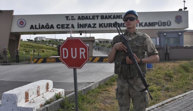 Στρατιώτης φρουρεί τις τουρκικές φυλακές στην επαρχία της Σμύρνης