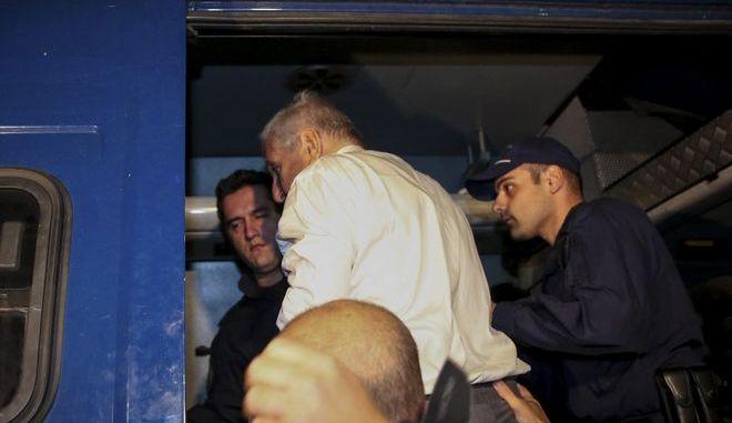 Ο Γιάννος Παπαντωνίου καθώς οδηγείται στην ΓΑΔΑ μετά την απόφαση ανακριτή και εισαγγελέα για την προφυλακίση του για την υπόθεση διαφθοράς.