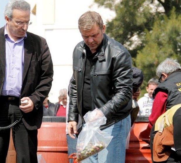 Δωρεάν λάδι και ελιές μοίρασε ο Γκλέτσος