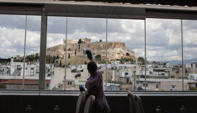 Καθαρίστρια σε εστιατόριο ξενοδοχείου στην περιοχή της Ακρόπολης