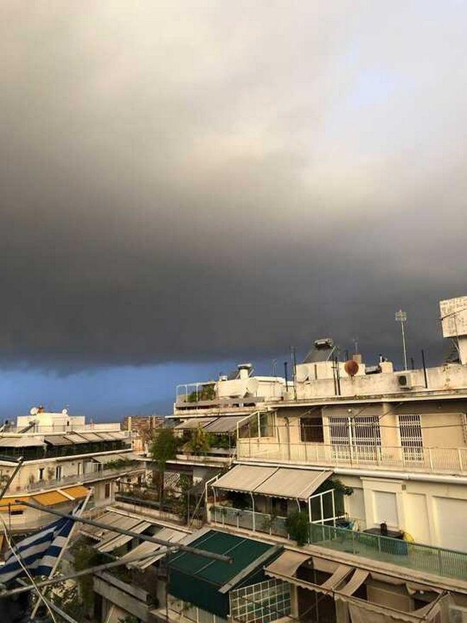 Κακοκαιρία: Η σπάνια εικόνα πριν από τη σφοδρή καταιγίδα στην Αττική