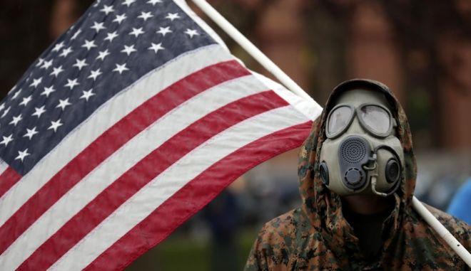 Διαδηλωτής στις ΗΠΑ τις ημέρες του κορονοϊού