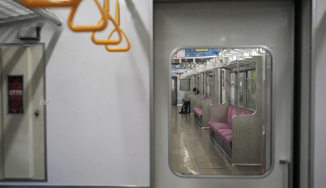 Άνδρας με μάσκα σε μετρό της Ιαπωνίας