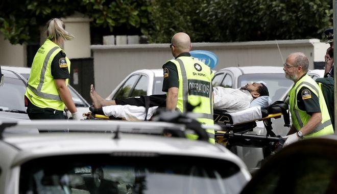 Αστυνομία και ασθενοφόρα στο σημείο της επίθεσης σε τέμενος στη Νέα Ζηλανδία