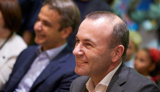 Ο επικεφαλής του ΕΛΚ Μ.Βέμπερ και στο βάθος ο πρόεδρος της ΝΔ , Κυριάκος Μητσοτάκης