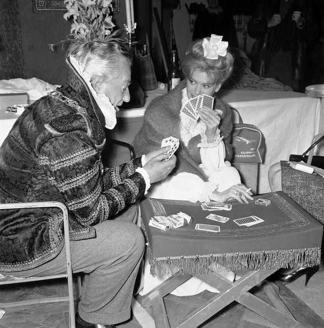Δύο διεθνείς σταρ του κινηματογράφου, ο Ιταλός Vittorio De Sica και η Μελίνα Μερκούρη, χαλαρώνουν παίζοντας χαρτιά σε διάλειμμα από τα γυρίσματα της ταινίας