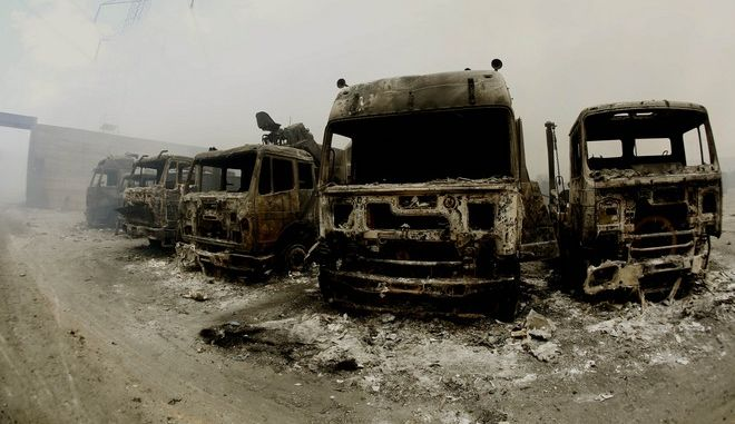 Υπο έλεγχο η πυρκαγιά στον προάυλιο χώρο του εργοστασίου ανακύκλωσης στον Ασπρόπυργο.Πυροσβεστικές δυνάμεις επιχειρούν και σήμερα,Κυριακή 7 Ιουνίου 2015 (EUROKINISSI/ΣΤΕΛΙΟΣ ΜΙΣΙΝΑΣ)