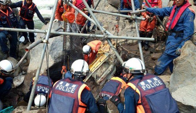 Σωστικά συνεργεία επιχειρούν μετά την ισχυρή σεισμική δόνηση στην Ιαπωνία