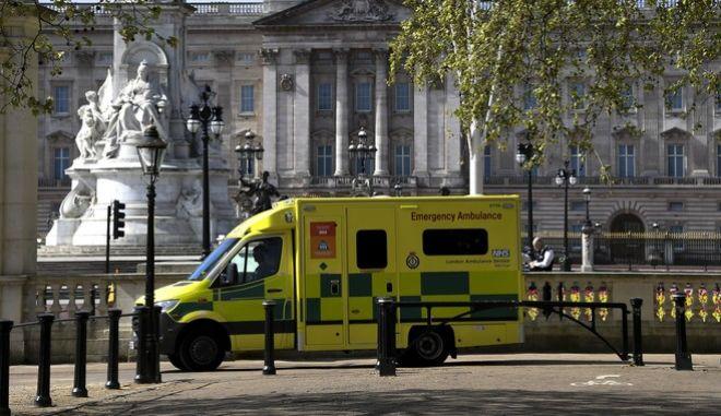 Ασθενοφόρο έξω από το παλάτι του Μπάκιγχαμ στην Αγγλία