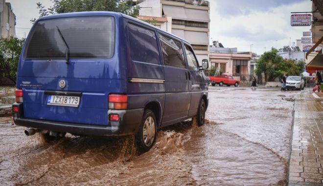 Καταστροφές στην Μάνδρα Αττικής από τις πλημμύρες την Τετάρτη 27 Ιουνίου 2018. Από την έντονη  βροχόπτωση το βράδυ της Τρίτης 26/6 οι δρόμοι πλημμύρισαν, αυτοκίνητα παρασύρθηκαν και υπέστησαν σημαντικές ζημιές, σε άλλα σημεία τα νερά έσκαψαν τον δρόμο, αλλού ξήλωσαν τα έργα που γίνονταν για την αποκατάσταση της περιοχής μετά την καταστροφή του περαασμένου Νοεμβρίου.