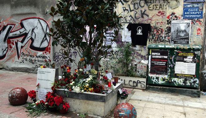 Λουλούδια στο σημείο όπου έπεσε νεκρός ο Αλέξανδρος Γρηγορόπουλος, ένα χρόνο μετά τον θάνατό του. (6/12/2009)