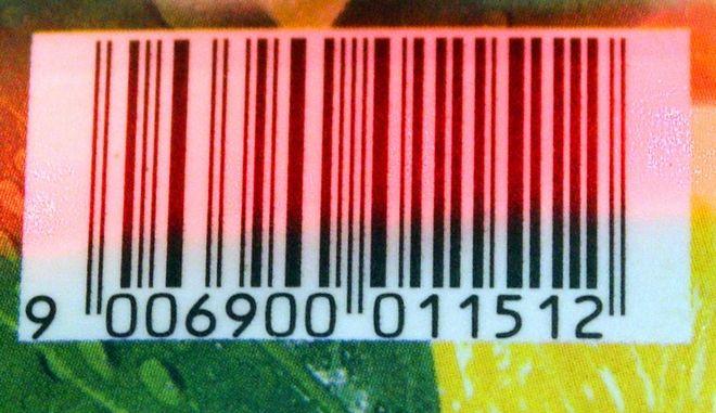 Der Barcode einer Getraenkepackung wird am Freitag, 13. Juli 2007, an der Kasse einer Tankstelle in Stuttgart mit einem Scanner abgetastet. Den Anfang machte damals eine Gewuerzmischung der Wuppertaler Firma Gebrueder Wichartz, heute nutzen in Deutschland rund 130.000 Unternehmen diese Technologie fuer ihre Waren: Vor 30 Jahren, im Juli 1977, wurde nach langer Diskussion hier zu Lande und zunaechst in elf weiteren europaeischen Staaten ein einheitlicher Strichcode fuer Waren eingefuehrt, der das Wirtschaftsleben und das Einkaufen fuer Verbraucher nachhaltig veraendern sollte. Denn bis dahin musste jeder Artikel einzeln ausgezeichnet und der Preis von Hand in die Kasse getippt werden. (AP Photo/Thomas Kienzle) --- The barcode of a softdrink is scanned at the cashier of a gas station in Stuttgart, southwestern Germany, Friday, July 13, 2007. (AP Photo/Thomas Kienzle)