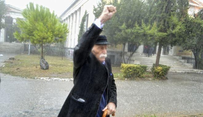 Ο Μανώλης Γλέζος αποτίει φόρο τιμής στα θύματα του Πολυτεχνείου, το 2017.