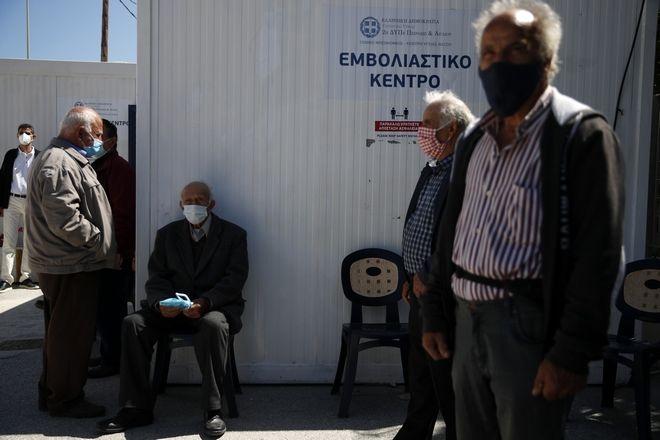 Στιγμιότυπο από εμβολιαστικό κέντρο στην Ηρακλειά