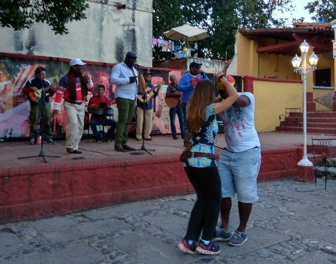 Μουσική και χορός στα σκαλάκια της κεντρικής πλατείας του Τρινιδάδ
