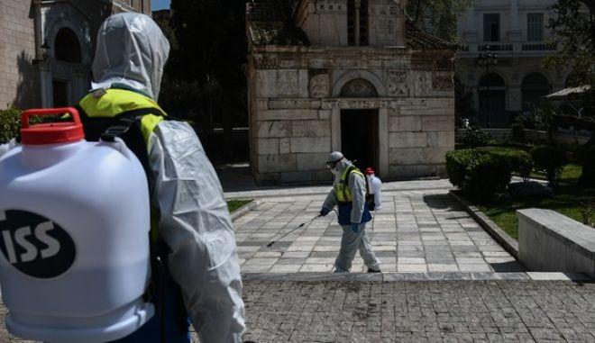 Απολύμανση στον περιβάλλοντα χώρο της Μητρόπολης Αθηνών την Δευτέρα 30 Μαρτίου 2020.
