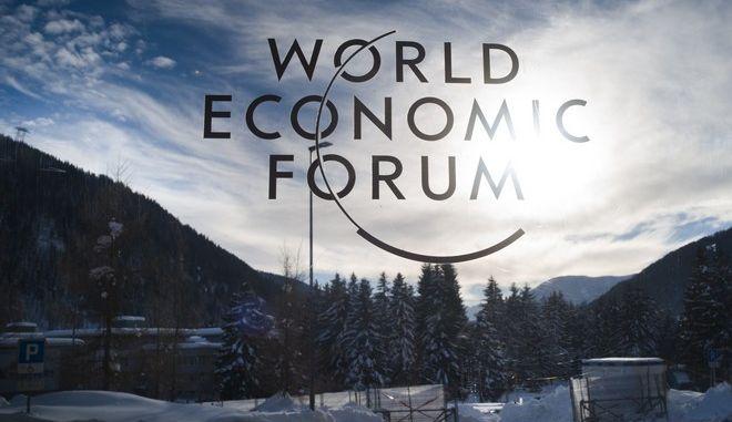 Το σήμα του Παγκόσμιου Οικονομικού Φόρουμ σε είσοδο του κέντρου συνεδριάσεων στο Νταβός