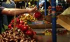 Στιγμιότυπο από λαϊκή αγορά στο κέντρο της Αθήνας.
