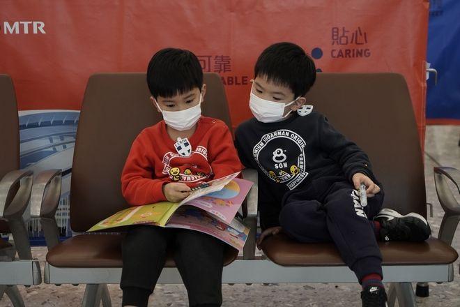 Παιδάκια με μάσκες σε σταθμό τρένου.