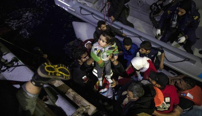 Πρόσφυγες και μετανάστες διασώζονται από τις ελληνικές αρχές κοντά στη Σάμο