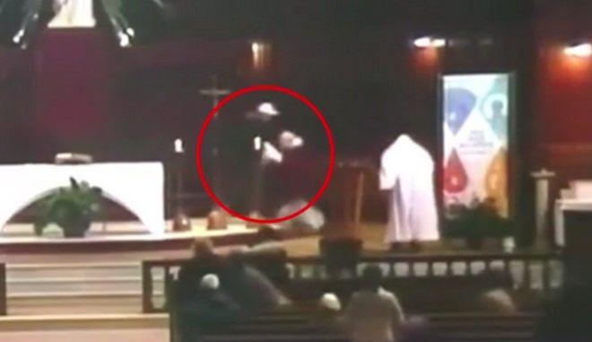 Η στιγμή που ο ιερέας δέχεται επίθεση με μαχαίρι