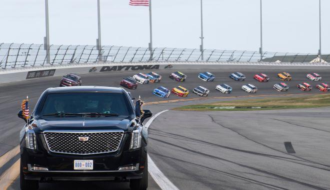 Ο Πρόεδρος Ντόναλντ Τράμπ και η πρώτη κυρία Μελάνια Τρούμπ στην προεδρική λιμουζίνα, στην έναρξη του αγώνα αυτοκινήτων NASCAR