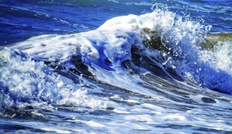 Κύματα στην παραλία του Αλμυρού στην Κέρκυρα