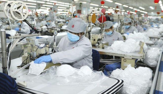 Εργάτες κατασκευάζουν μάσκες