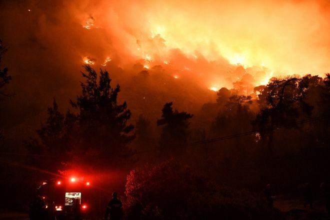 Μαίνεται η φωτιά στο Σχίνο Λουτρακίου και κινείται προς Αλεποχώρι