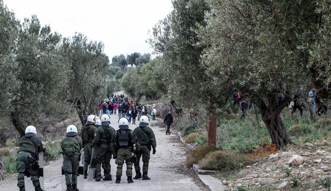 Από την επεισοδιακή πορεία προσφύγων και μεταναστών από το ΚΥΤ της Μόρια προς την Μυτιλήνη.