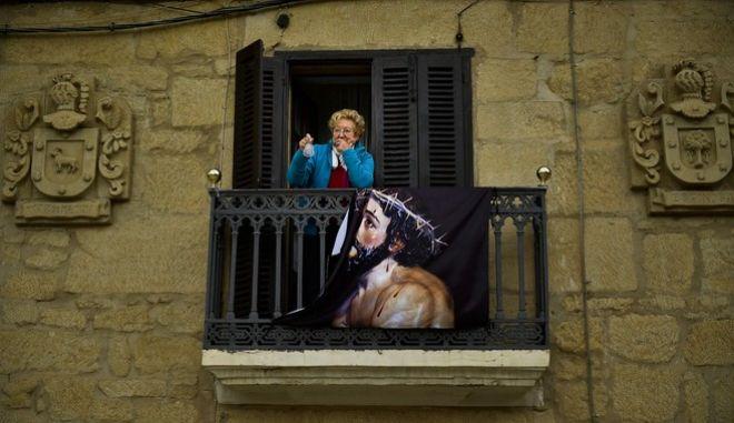 Κορονοϊός στην Ισπανία - Μια γυναίκα στο μπαλκόνι της