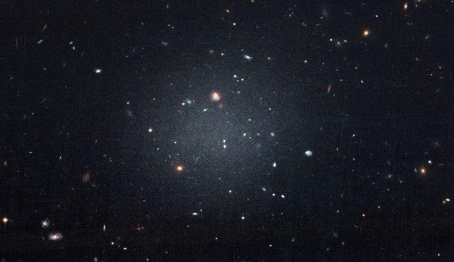 Φωτογραφία του γαλαξία NGC 1052-DF2 από το Διαστημικό τηλεσκόπιο Hubble