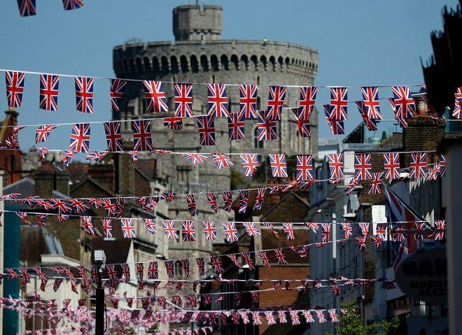 Σημαίες κυματίζουν κατά μήκος του κεντρικού εμπορικού δρόμου στο Ουίνδσορ. Η πόλη ετοιμάζεται πυρετωδώς για τον πριγκιπικό γάμο του Χάρι με την Μέγκαν Μαρκλ το Σάββατο 19 Μαϊου.