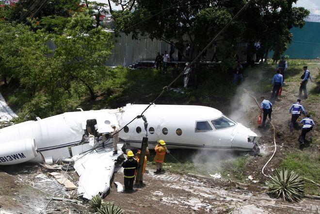 Αεροσκάφος κόπηκε στα δύο και οι επιβάτες σώθηκαν