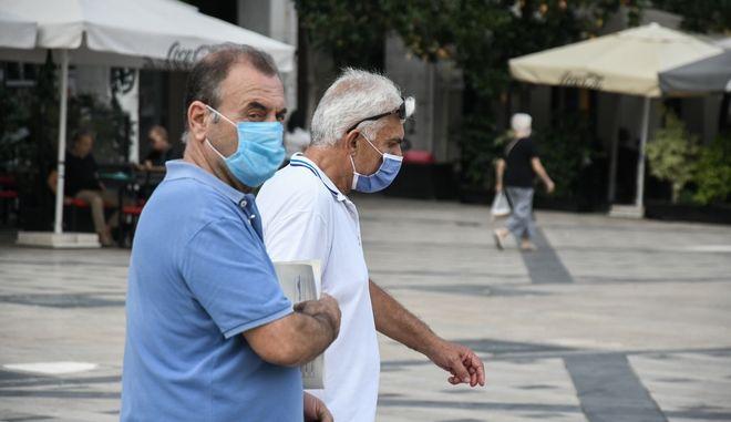 Πολίτες με μάσκες στην Πάτρα