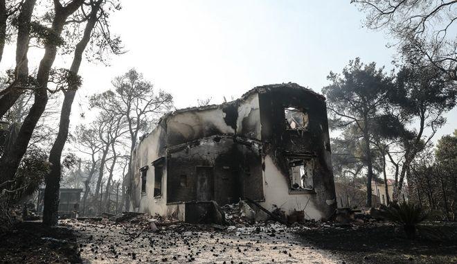 Εικόνα από τη φωτιά στη Βαρυμπόμπη
