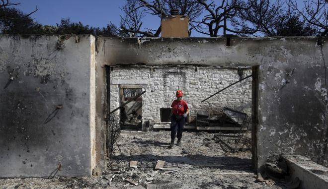 Διασώστρια σε καμένο σπίτι στο Μάτι Αττικής