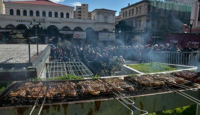 Ψησταριές με διάφορα κρεατικά,ρετσίνα και μουσική ορχήστρα με τον Μπάμπη Τσέρτο,στην κεντρική Δημοτική Αγορά της Αθήνα για το έθιμο της Τσικνοπέμπτης από τον Δήμο Αθηναίων, Πέμπτη 20 Φεβρουαρίου 2020