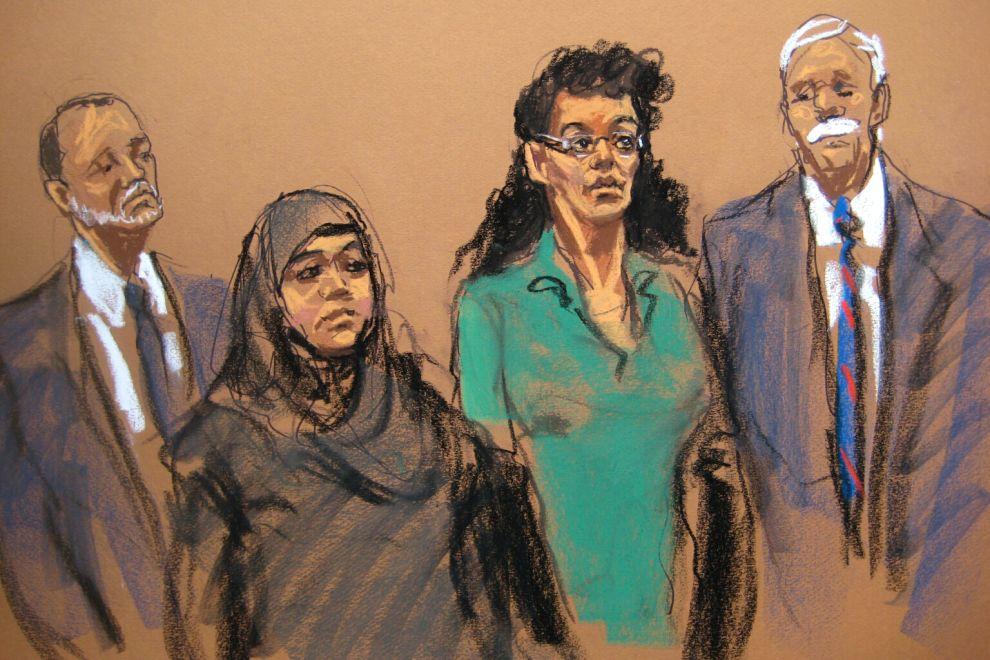 En este boceto realizado en el tribunal, las acusadas Noelle Velentzas (centro-izquierda) y Asia Siddiqui (centro-derecha), comparecen ante una corte judicial con sus abogados, el jueves 2 de abril de 2015 en Nueva York. (Foto AP/Jane Rosenberg)