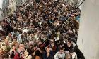 Στοιβαγμένοι εκατοντάδες άνθρωποι από το Αφγανιστάν αναχωρούν από την Καμπούλ με ένα μεταγωγικό αεροσκάφος C-17 Globemaster III