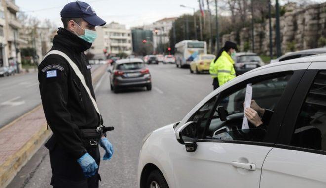 Έλεγχοι από αστυνομικούς σε πολίτες για την εφαρμογή των πρόσθετων μέτρων με απαγόρευση κυκλοφορίας, για τον περιορισμό της διάδοσης του κορονοϊού, στην Αθήνα την Τρίτη 24 Μαρτίου 2020.