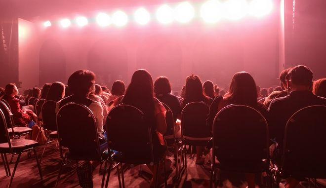 """""""Επιστρέφουν"""" συναυλίες και θέατρα από σήμερα - Τι ισχύει"""