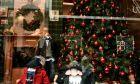 Κατάστημα στολισμένο για τα Χριστούγεννα
