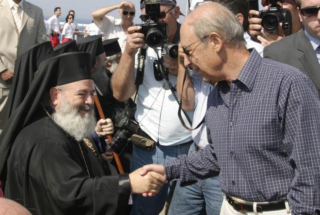 Χειραψία Κωνσταντίνου Σημίτη με τον Αρχιεπίσκοπο Χριστόδουλο