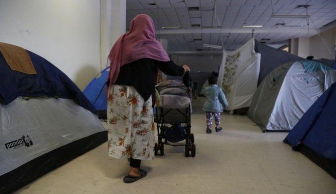 Πρόσφυγες σε κέντρο φιλοξενίας