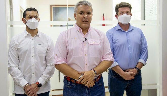 Ο πρόεδρος Ιβάν Ντούκε με τους υπουργούς του μετά την επίθεση