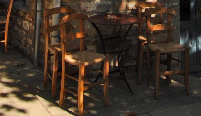 """Το παραδοσιακό καφενείο του """"Μανώλη"""" που λειτουργεί αδιάκοπα από το 1785, στην κεντρική πλατεία του Λαύκου στο Πήλιο. (EUROKINISSI/ΘΑΝΑΣΗΣ ΚΑΛΛΙΑΡΑΣ)"""