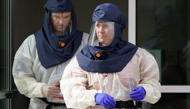 Νοσοκόμοι με στολές για τον κορονοϊό στις ΗΠΑ