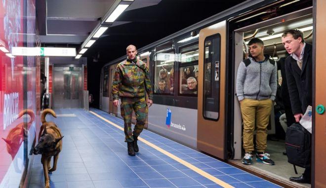 Στρατιωτικός στο μετρό των Βρυξελλών λίγο μετά την τρομοκρατική επίθεση του 2016. (Φωτό Αρχείου)